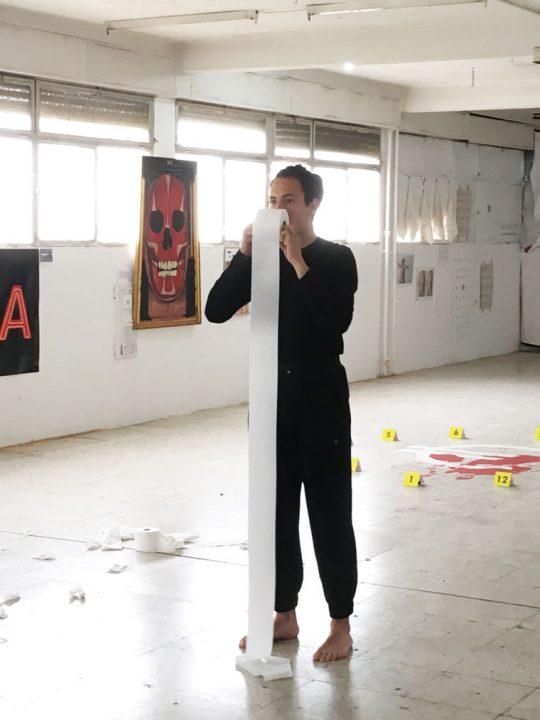 """Performance """"Papel"""" sobre el acoso callejero"""